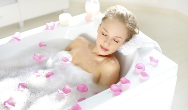trucos-para-tomar-un-bano-relajante-en-un-hotel-1